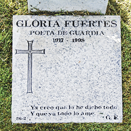 "Lápida de Gloria Fuertes. ""Poeta de guardia"""
