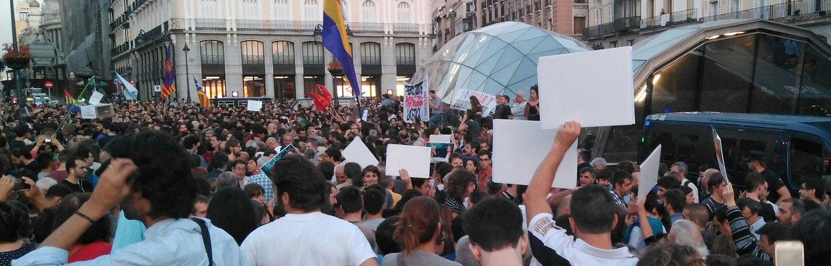 Ciudadan@s en la Puerta del Sol en Madrid, protestando por las detenciones llevadas a cabo en Cataluña, para evitar el referendum