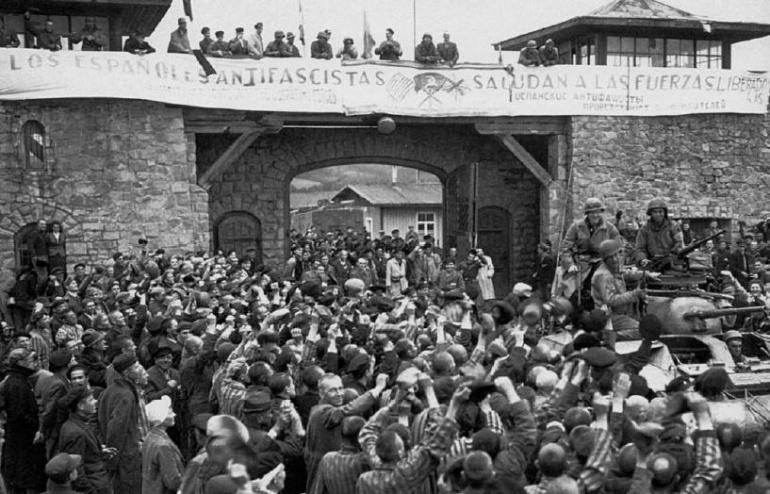 Los españoles republicanos dan la bienvenida a los liberadores del campo de Mathaussen durante la II Guerra Mundial
