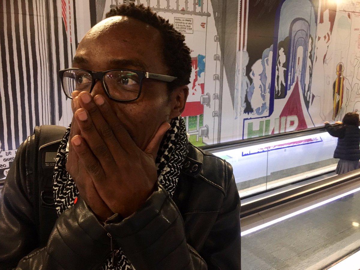 Ramón Esono en el metro de Barcelona viendo su obra gráfica expuesta