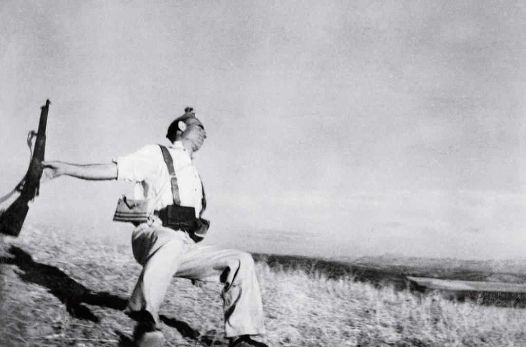 """Fotografía de Robert Capa tomada en la Guerra Civil Española. Conocida como """"Muerte de un miliciano""""."""