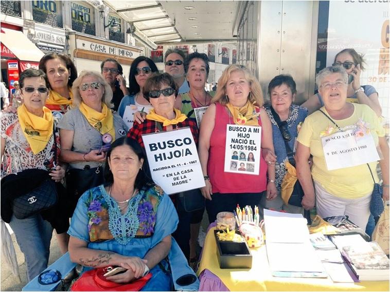 Fotografía del día que conocimos a Adelina (2 de julio de 2017) en compañía de las mujeres y hombres que luchan porque les devuelvan a sus seres queridos robados, en una de sus concentraciones habituales en la Puerta del Sol de Madrid. Adelina es la tercera por la derecha.