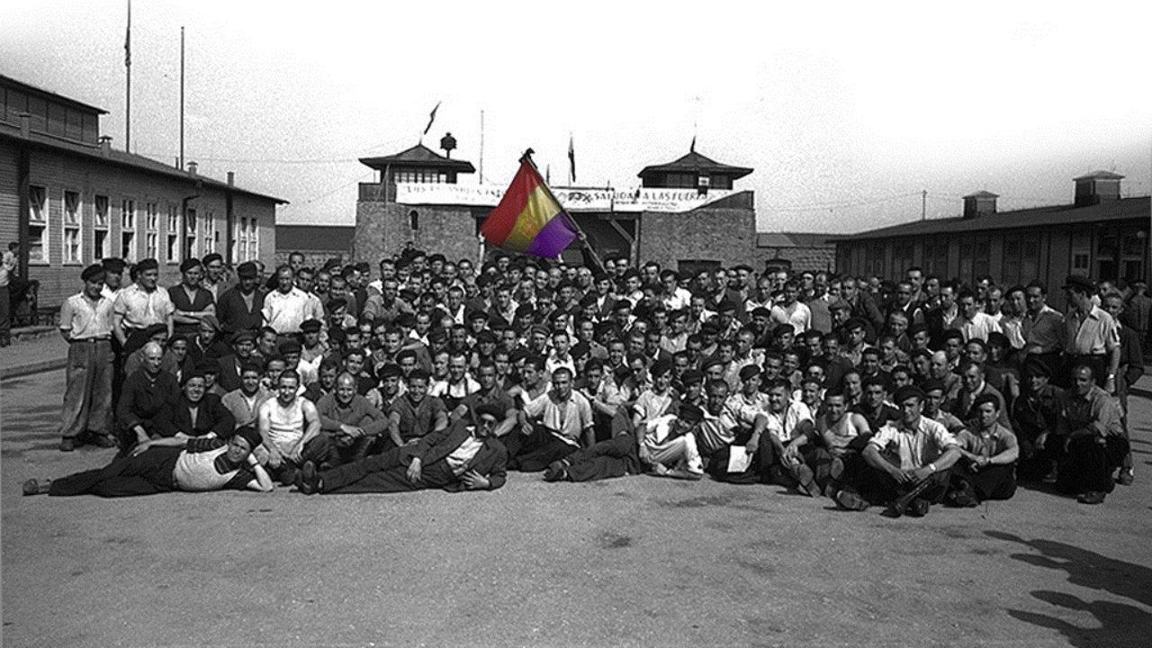 Republicanos ante el campo de Mathausen, tras su liberación.